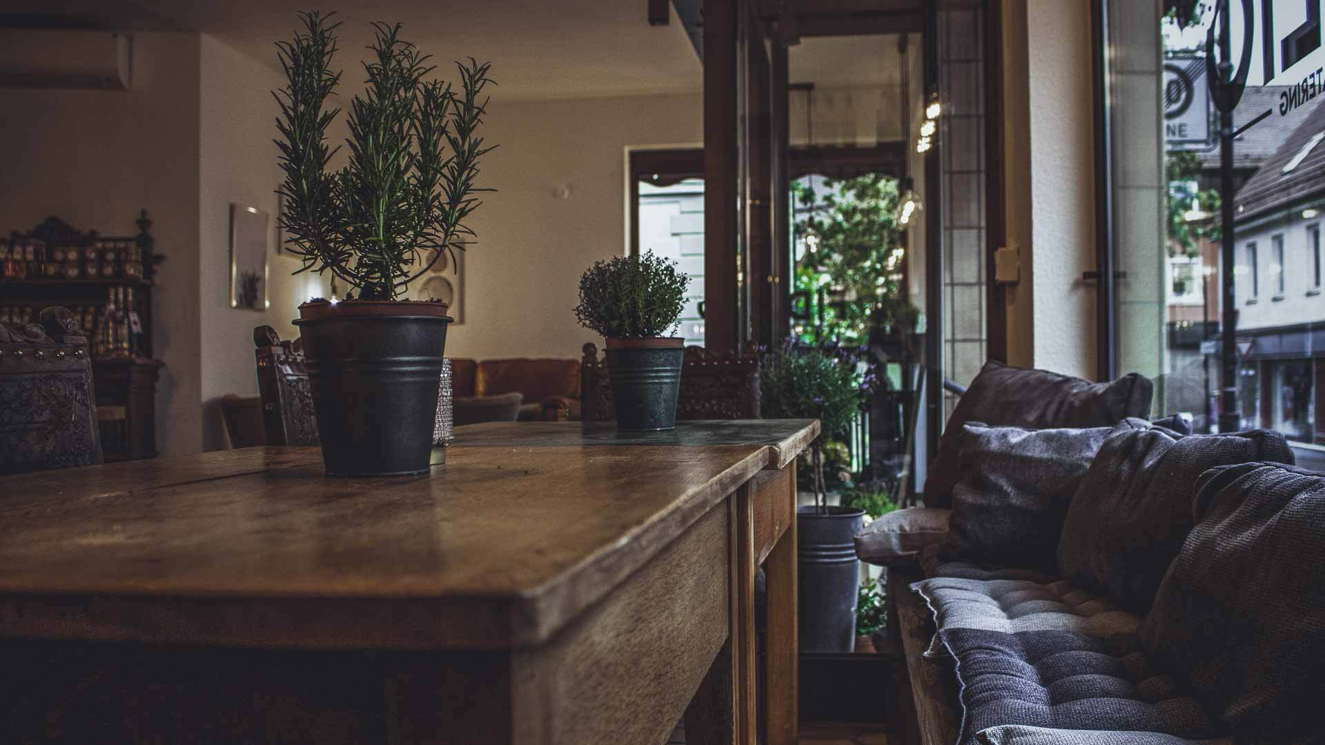 Gemütliche Sitzecke mit Kissen im Fidelio in Balingen